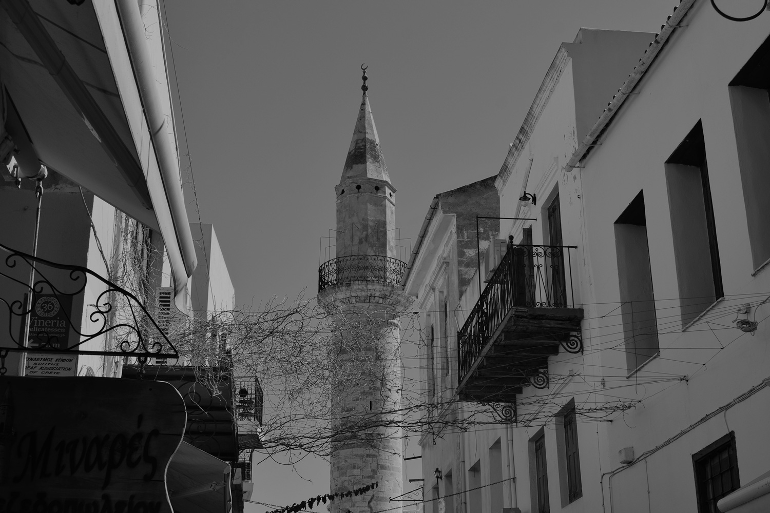 blakc and white view of the minaret